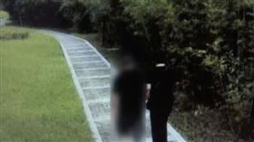70歲老人被搭訕嗨爆!公園擁吻40歲婦…洗澡摸脖子慌了(圖/翻攝自微博)