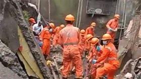 印度孟買附近「10年危樓」倒塌 釀20死15人失蹤(圖/翻攝自NDRF推特)