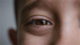 眼皮狂跳是好是壞?(圖/pixabay)