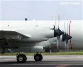 空軍第六混合聯隊第十空運大隊第102中隊,榮獲「109年度國軍模範團體」P-3C低空衝場、開艙模擬投彈。(記者邱榮吉/攝影)