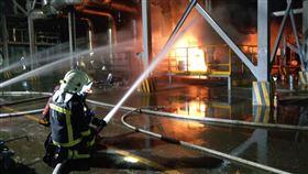 ▲遠化新埔廠區火警,疑外洩的油氣讓火勢無法撲滅。(圖/翻攝畫面)