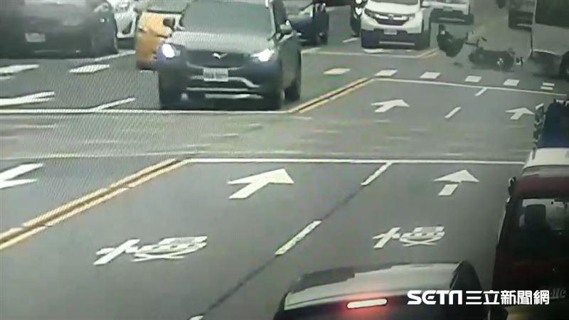 遊覽車左轉撞機車 騎士攔腰撞秒噴飛