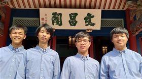 台灣參加新加坡舉辦的第32屆國際資訊奧林匹亞競賽,派出4名選手獲得3銀、1銅,成績並列世界第6。左起曹宸睿、楊承澔、陳冠辰、林秉軒。(圖/教育部提供)