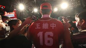 王維中合約總額逾6千萬破中職紀錄 媒體關注中華職棒味全龍隊23日宣布與狀元王維中(中)簽下5年3個月合約,總值近208萬美元(約新台幣6240萬元),為中職史上最大合約。記者會上吸引大批媒體到場關注。中央社記者張新偉攝 109年9月23日