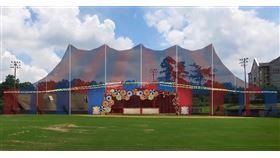 亞特蘭大歌劇院將於10月22日至11月14日間推出兩部秋季新作:雷翁卡瓦洛的名作《丑角》與烏爾曼的《亞特蘭提斯皇帝》。每部歌劇都會演出9場,搭配減編的管弦樂團,但舞臺不在歌劇院內,而是被移到了Oglethorpe大學足球場上、可容240人以上的馬戲團大帳篷裡。