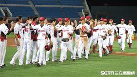 ▲樂天桃猿球員慶祝勝利。(圖/記者劉彥池攝影)