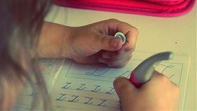 小孩,寫字,寫作業,功課(示意圖/翻攝自pixabay)