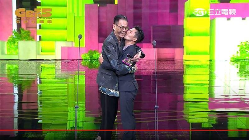 蔡昌憲擦身視帝 求龍劭華親親抱抱