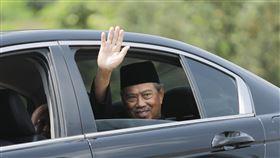 慕尤丁宣誓出任馬來西亞首相馬來西亞土著團結黨主席慕尤丁1日在國家元首前宣誓成為馬來西亞第8任首相,圖為慕尤丁(Muhyiddin Yassin)1日在國家皇宮外向守候媒體揮手致意。中央社記者黃自強吉隆坡攝 109年3月1日