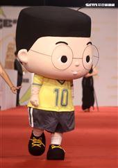 第55屆金鐘獎星光大道明星爭豔小兒子玩偶。(記者邱榮吉、林聖凱/攝影)