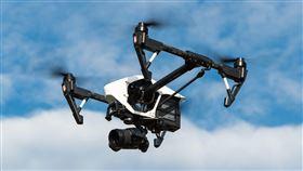 傑森操作無人機,投擲爆裂物到前女友家。(圖/翻攝自pixabay)