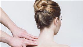 女性虎背熊腰,背部增厚脖子變粗怎麼改善?(圖/翻攝自 pixabay)