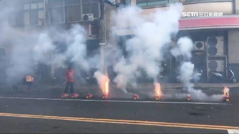 宮廟繞境放煙火!整條馬路霧茫茫