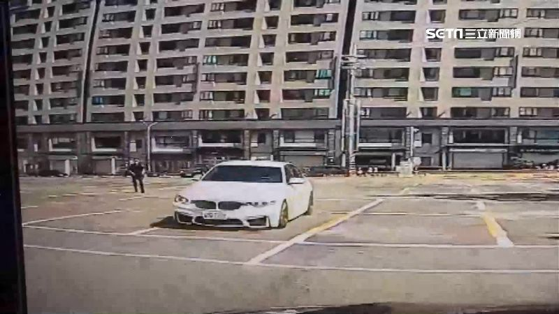 警開槍攔不住 紅燈轉彎駕駛拒檢衝撞
