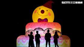 幾米以「如果我可以許一個願望」繪本概念,在碧潭打造全新創作月亮地景藝術裝置「向月亮許願」,於28日晚間點燈啟用,展期至12月31日。(圖/新北市觀旅局提供)
