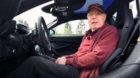 ▲挪威78歲老人開麥拉倫超跑當代步工具(圖/翻攝自TV 2 Youtube)