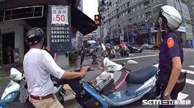 加完油忘記老婆沒上車騎走,妻傻眼奔派出所:我被丟包了/翻攝畫面