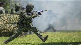 蔡英文、國軍、國防部、阿兵哥、軍人、槍、陸軍(總統府提供)