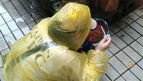 ▲新北市三峽區本土登革熱群聚陸續出現確診個案,疾管署防疫人員持續加強五寮里孳生源查核。(圖/疾病管制署提供)