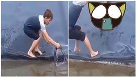 男救溺水小蛇…下秒巨獸撲來(圖/翻攝自推特)