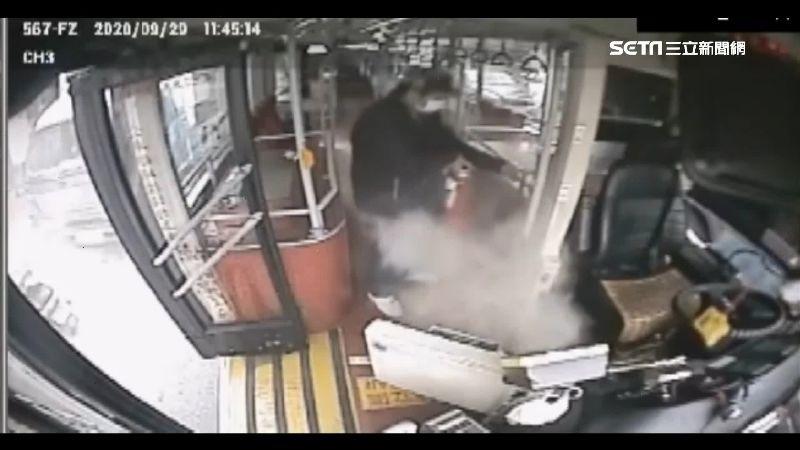公車冒火了!變電箱短路駕駛即刻滅火