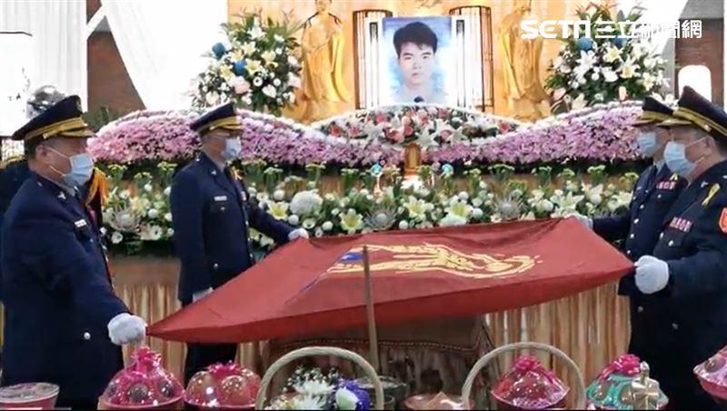 臥床撐23年殉職 勇警公祭棺覆警旗