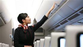 日本航空公司為破除性別刻板印象,1日開始推出新的英語機上廣播,開頭首句不再稱呼「女士們先生們」。(圖/翻攝自facebook.com/jal.japan)