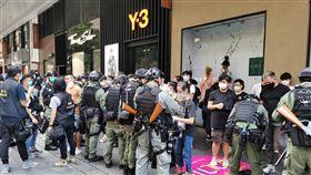 香港十一遊行 警方圍捕不願離去的示威者香港民眾於1日中共建政71週年當天,在多區遊行,警方多次舉旗警告,並於下午4時許圍捕不願離去的示威者。圖為警方逐一檢查被捕人員的身分證。中央社記者張謙香港攝 109年10月1日