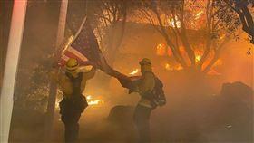加州舊金山消防隊員在撲滅野火過程中搶救一面美國國旗,被民眾稱許為真英雄。(圖/翻攝自twitter.com/FremontFire)