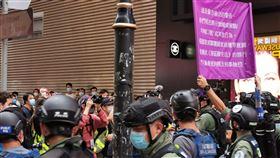 香港反送中示威 警方舉旗警告已違國安法1日下午3時30分左右,銅鑼灣一帶還有一批示威者沒有離去,他們高叫「時代革命光復香港」口號,防暴警察舉起紫旗,警告他們已經違反國安法。中央社記者張謙香港攝 109年10月1日
