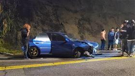 北市北投馬槽橋發生「硬皮鯊」高速自撞山壁車禍。(圖/翻攝自《爆廢公社二館》)
