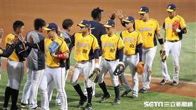 ▲中信兄弟選手慶祝勝利。(圖/記者劉彥池攝影)
