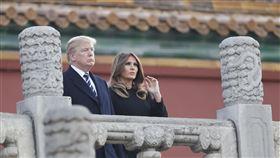 川普夫婦參觀北京故宮美國總統川普8日下午飛抵北京,對中國展開3天國是訪問。川普8日下午與美國第一夫人梅蘭妮亞前往北京故宮博物院參觀。圖為川普夫婦參觀北京故宮前三殿。(中新社提供)中央社 106年11月8日