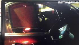 北市魏男騎車行經中正路時,遭廖男持槍型辣椒水恐嚇。(圖/翻攝畫面)