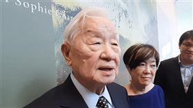 談全球經濟展望 張忠媒:明年一定比今年好台積電創辦人張忠謀(左)3日到台南市美術館參觀太太張淑芬(左2)舉辦的個展,被問及對全球經濟看法時,張忠謀表示,明年一定會比今年好。中央社記者楊思瑞攝 109年10月3日