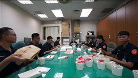 行政院長蘇貞昌請政院駐衛警吃午餐。(圖/翻攝蘇貞昌臉書)