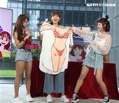 巫苡萱、籃籃送上性感的衣服各一件給李懿,讓給李懿有點招架不住。(記者邱榮吉/攝影)