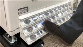 日本公司開發「足操作自動販賣機」,來因應疫情。(圖/翻攝自臉書社團《擴散性高能外電新聞波》)