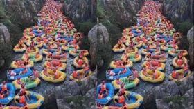 峽谷河道中塞了密密麻麻的泛舟小艇。(圖/翻攝自微博「北冥乘海生」)