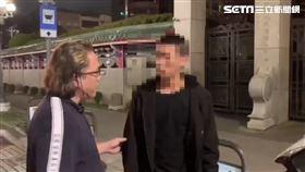 萬華警方在龍山寺門口逮捕朱姓主嫌。(圖/翻攝畫面)