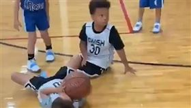 Randle的兒子直接把隊友摔倒在地。(圖/翻攝自推特)