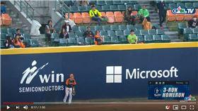 ▲林哲瑄逆轉3分彈,左外野獅迷把球丟回場內。(圖/翻攝自CPBLTV)