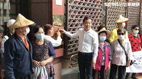 ▲鍾小平與20多位高麗菜農代表,在台北地檢署按鈴提告北農總經理翁震炘瀆職。(圖/記者楊佩琪攝)