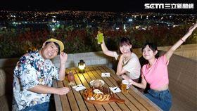 主持人和來賓李懿邊吃邊賞夜景。