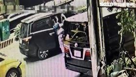 王男積欠李姓大哥50萬元卻避不見面,慘遭對方當街擄走痛毆。(圖/翻攝畫面)