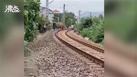 中國,福建,火車,鐵軌,婦人,意外,巧合(圖/翻攝自微博)