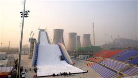 中國:北京冬奧提供台灣選手享主場待遇中國國家體育總局官員25日說,大陸舉辦2022年北京冬奧會、2022年杭州亞運會等系列國際大型賽事,將優先提供台灣運動員享受主場待遇。圖為北京冬奧會的滑雪大跳台場地,8日實施人工造雪。(中新社提供)中央社  108年12月25日