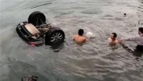 ▲中國安徽一輛車子墜河,路邊民眾試圖搶救。(圖/翻攝自微博)