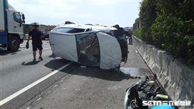 轎車擦撞聯結槽車翻滾10圈/翻攝畫面