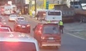 新北,汐止,公車,拋錨,員警